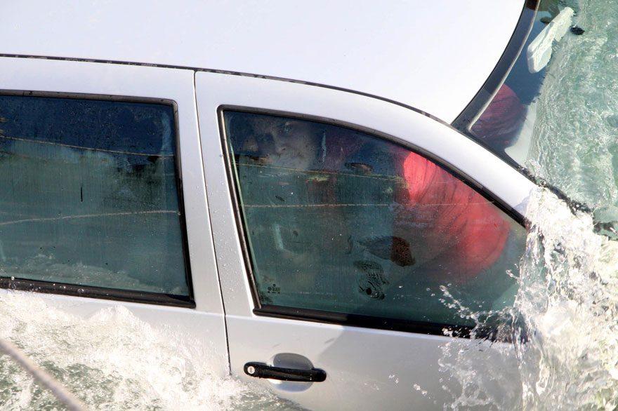 FOTO: DHA / Araç içinde ölüm kalım savaşı veren Nevin Kocamaz böyle görüntülendi.