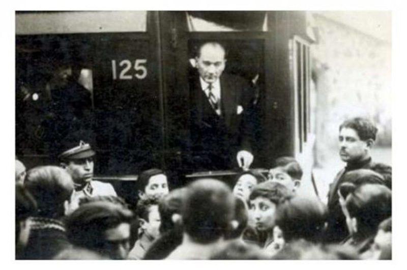 """19 Mayıs 1919 tarihi, Türkiye Cumhuriyeti'nin tarihindeki dönüm noktalarından biridir. Atatürk'ün Samsun'a ayak bastığı tarih olan 19 Mayıs aynı zamanda """"Gençlik ve Spor Bayramı"""" olarak kutlanmaktadır. Atatürk Millî Mücadele sıralarında Türk milletini ileri götürecek olanların ve köhnemiş fikirlere karşı gelecek olanların genç fikirler olduğunu görmüştü."""