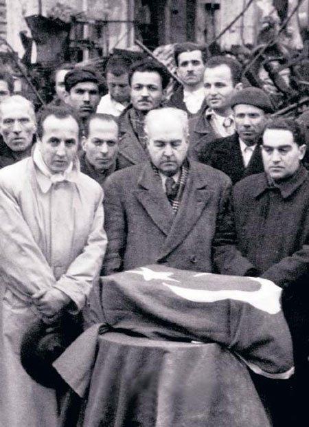 """Türk Bayrağı'na sarılı """"tabutu"""": Yeğeni yönetmen Faruk Kenç (solda) ve fabrika müdürü emekli General Hüseyin Hüsnü Emir Erkilet (ortada)."""