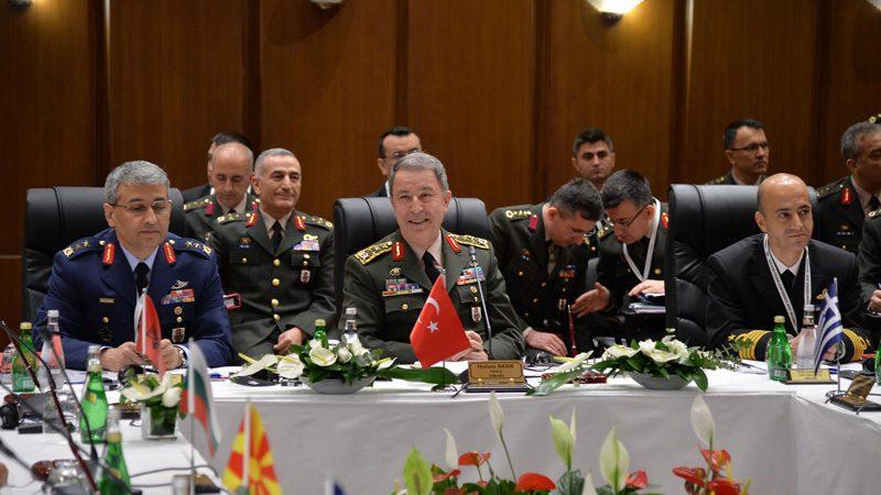 """FOTO:DHA - Konferansta konuşan Genelkurmay Başkanı Hulusi Akar """"Bugüne kadar Suriye ve Irak'ta TSK tarafından yaklaşık bin 300 DAEŞ mensubu terörist etkisiz hale getirilmiş, çok sayıda silah, roket, mevzi, araç ve bina imha edilmiştir"""" dedi."""