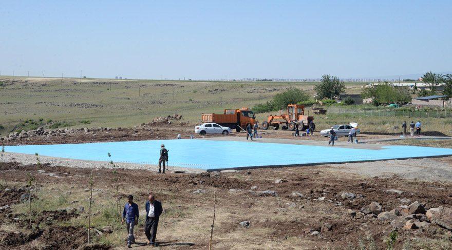 FOTO:DHA- Beton dökülen helikopter piste turkuvaz rengine boyandı.