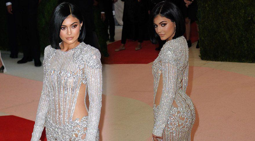 Kylie Jenner'ın metalik elbisesiyle imtihanı