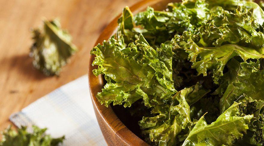 Koyu yeşil yapraklı sebzeler ile mevsim meyvelerinin tüketilmesi cildi besliyor