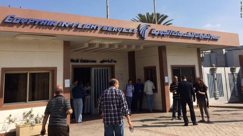 Uçakta bulunan Mısırlıların yakınları, Kahire'deki EgyptAir merkezinde toplanmaya başladı.