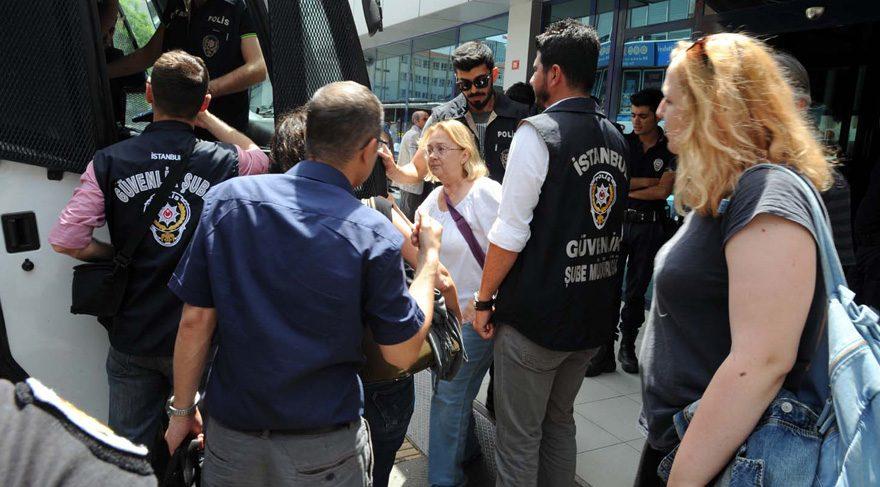 FOTO:DHA - Gözaltına alınanlar arasında Gezi Parkı direnişinin simge isimlerinden Mücella Yapıcı da var.