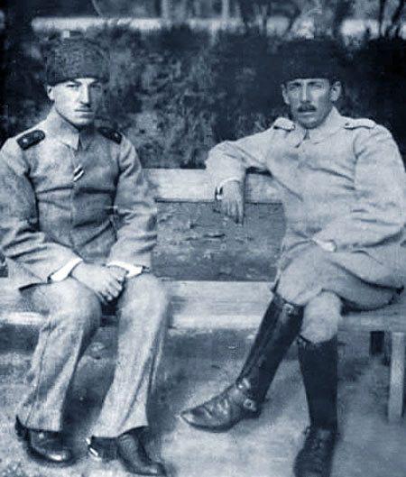 Kafkas İslam Ordusu Komutanı Nuri Paşa yardımcısıyla Bakü'de.