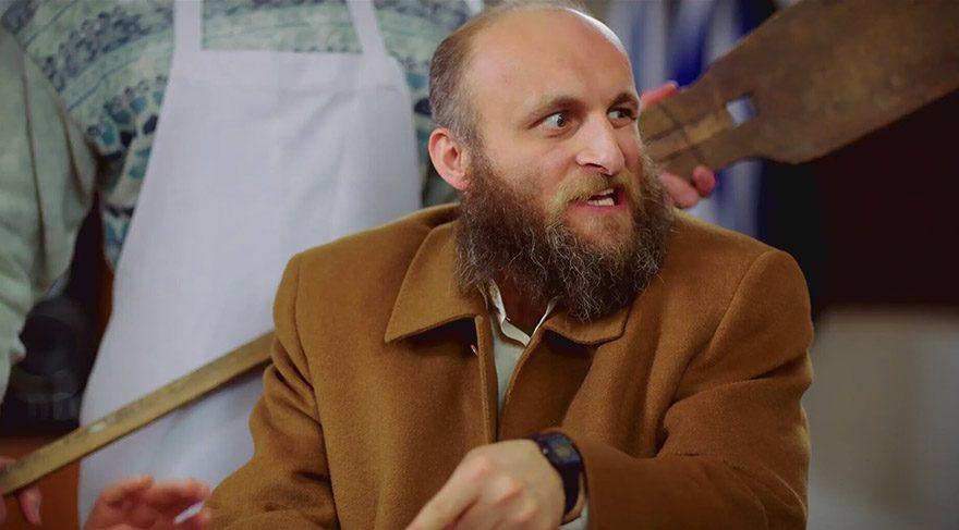 Ahmet, başkanlığı kaptırdığı için hala Oflu'ya çok kızgındır. Oflu Hoca yüzünden hem itibarını hem parasını kaybetmiştir.