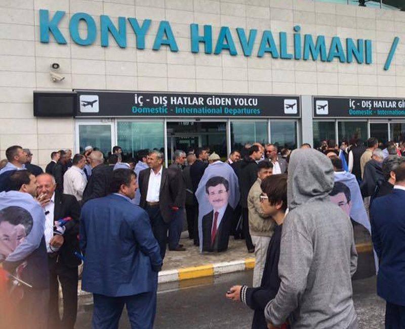 FOTO:SÖZCÜ- Konyalılar Davutoğlu'nu karşılamak için Konya Havalimanı'nda toplandı.