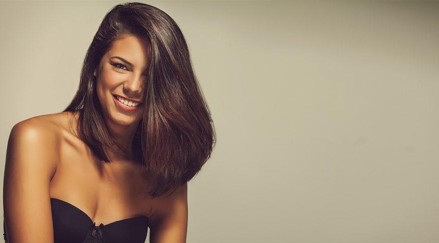 Ekilen saçların var olan saçlarla aynı yönde çıkması, ön saç çizgisinin yusyuvarlak bir çizgi halinde değil de doğal saçtaki gibi girintili çıkıntılı olması gerekir.