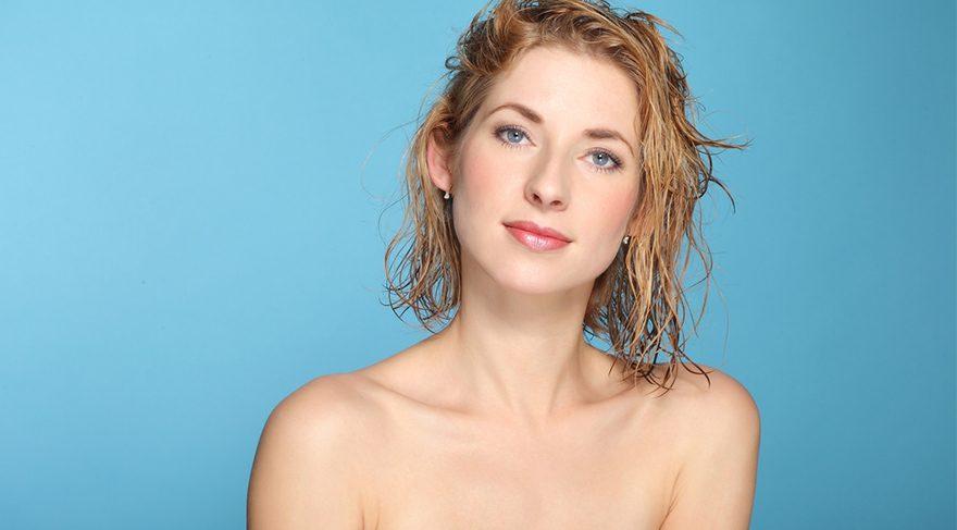 C vitamini saç köklerini uyarır ve saç uzamasını ve saç tellerindeki pigment üretimini düzene sokar.