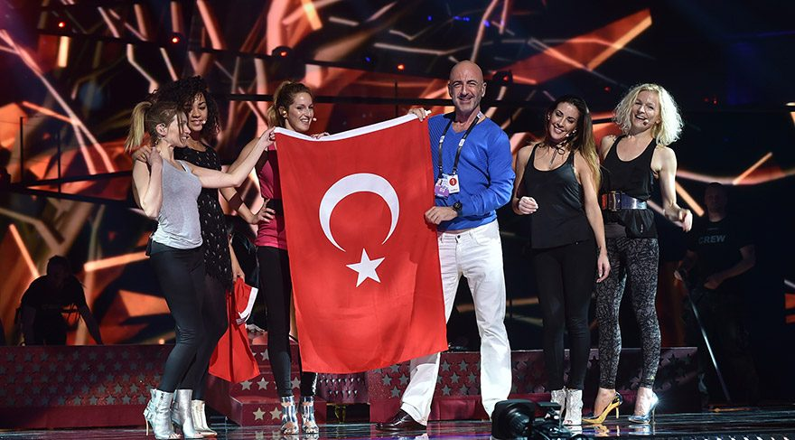 Serhat Hacıpaşalıoğlu Eurovision'da bayrağımızı sahneye taşıdı