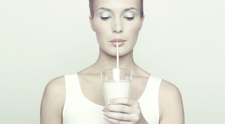 1 su bardağı süt, 2 kase yoğurt ve 2 dilim az yağlı peynir ile günlük kalsiyum ihtiyacı karşılanabilir.
