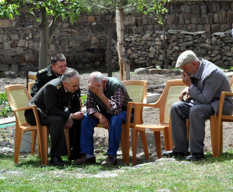 FOTO:DHA - Acılı babaya haberi askeri yetkililer verdi.