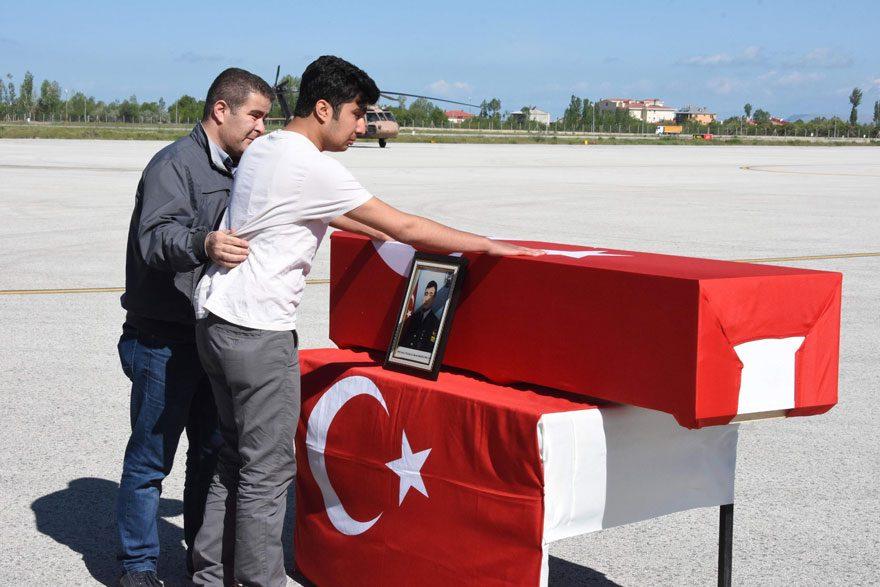FOTO: DHA / Törende şehit Kademeli Uzman Çavuş Murat Sarıgül'ün oğlu Malik Atakan Sarıgül babasının tabutuna sarılarak ağladı.