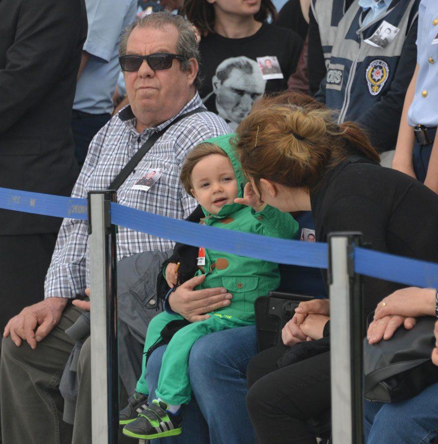 FOTO: DHA / Şehit oğlu minik ... annesinin cenaze karşılamasında gözyaşlarını silmesi herkesi duygulandırdı.