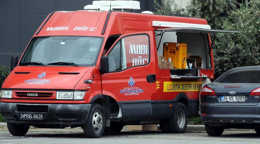 FOTO:DHA - İBB'ye ait mobil büfede işçilere ve polislere çay servisi yapıyor.