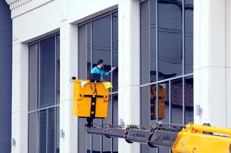 FOTO:DHA- Küçükçekmece Belediyesi'ne bağlı işçiler titiz bir temizlik çalışması sürdürüyor.