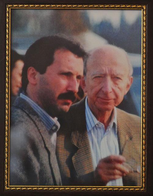 Muharrem İnce'nin Meclis'teki makam odasında İnönü'yle 1999 Marmara Depremi sonrası çekilen fotoğrafı var.