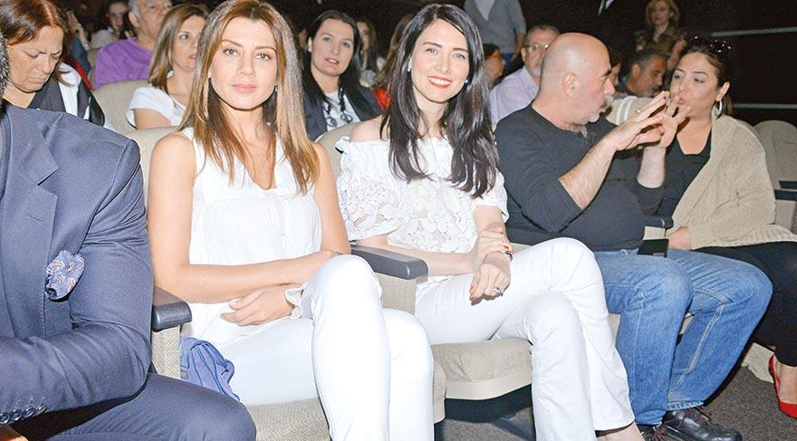 Oyunu izleyenler arasında bulunan Gökçe Bahadır ve Nefise Karatay genç oyuncuları çok başarılı bulduklarını söylediler.