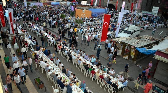 İstanbul'dan gelen Ak Partililer, Diyarbakır Sur'da vatandaşlarla iftar yaptı