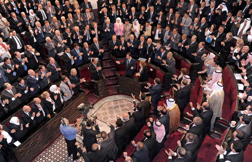 Be�ar Esad meclisteki konu�mas� s�ras�nda ayakta alk��land�. (Foto: Reuters)