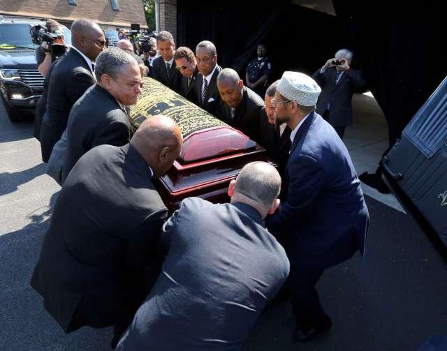 FOTO: REUTERS/ Muhammed Ali'nin naa�� cenaze arabas�na konuyor.