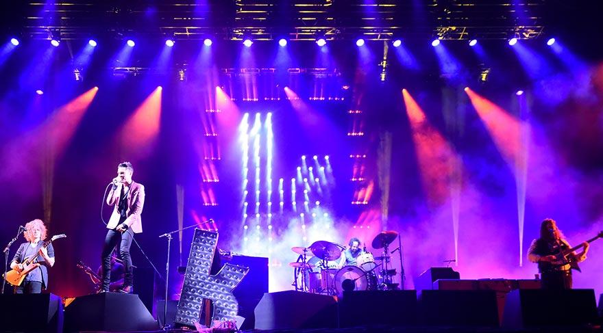 Julian Casablancas ve grubu The Strokes 2000'li yıllarda yeni bir gençlik dilinin öncüsüydü.