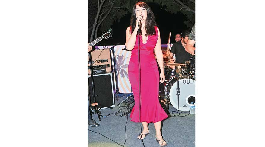 Yeşim Salkım'dan plaj terliğiyle yaz konseri