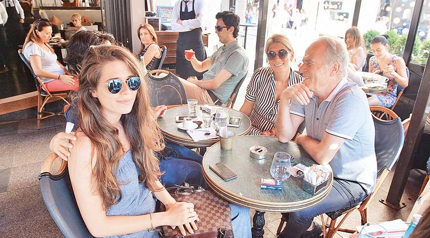 Mustafa Denizli kızlarıyla buluştu