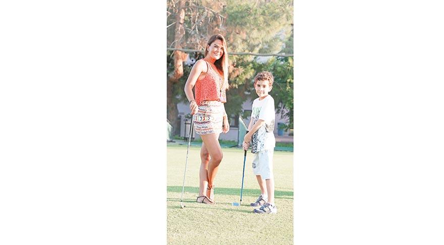 Özlem Yıldız, oğluna golf öğretiyor
