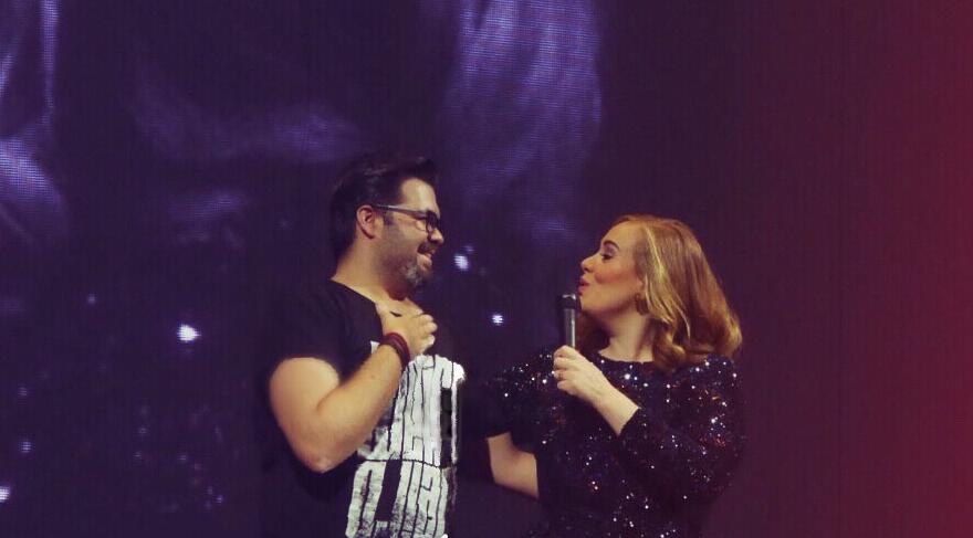 Adele sahneye aldığı seyircisinin Türk olduğunu öğrenince…
