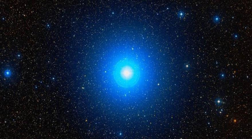 Alhena; İkizler takım yıldızında Castor ve Pollux İkiz Takım Yıldızı bulunmakta. Alhena, Pollux'un sol ayağına yer almaktadır. Gururla yürüyen demektir. Bir diğer anlamı ise işaretleme demektir. Bu işaretleme, demirde kızdırılan bir şeklin deriye bastırılmasıyla oluşmasıdır. Bu yüzden bu yıldız yaralanmak, incinmek anlamına da gelmektedir.