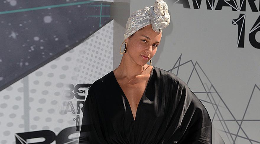 Alicia Keys ödül törenine makyajsız katıldı