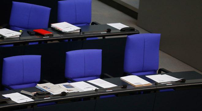FOTO: REUTERS/ Görüşmelere katılmayan Almanya Başbakanı Angela Merkel'in Parlamento'daki sandalyesi boş kaldı.
