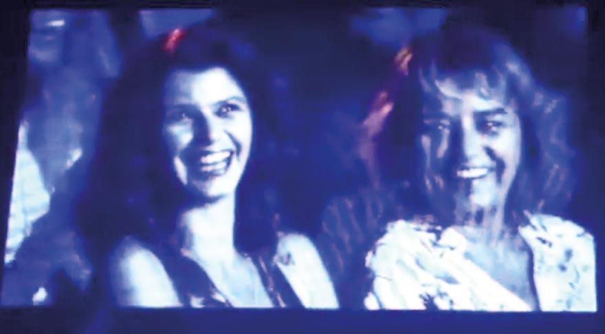 Beren Saat, konser boyunca eşinin şarkılarına annesiyle birlikte eşlik etti.