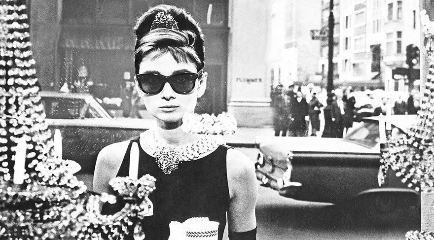 Audrey Hepburn, Tiffany'de Kahvaltı filminde giydiği Givenchy siyah elbisesi ile...