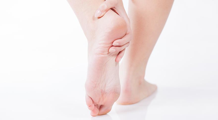 Topuk dikeni tedavisinde ilaç, fizik tedavi, egzersizler, ortopedik tabanlık ile %90 oranında bir iyileşme sağlanır.