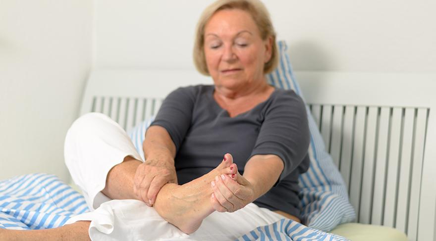 Ayakların 10 dakika kadar kalp seviyesinden yukarıda tutulması kan dolaşımına olumlu etki yapacaktır.