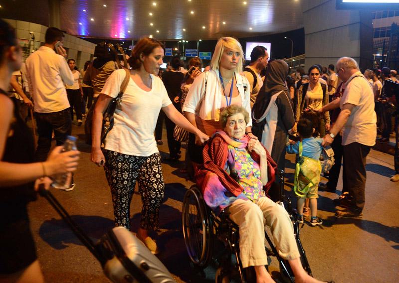 FOTO:DHA - Saldırı sonrası yolcular büyük panik ve korku yaşadı.