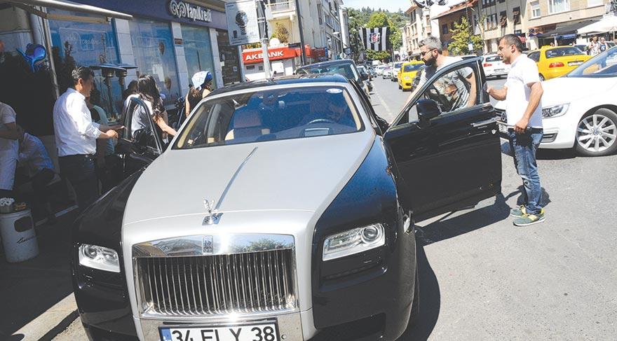 Basın mensuplarını görünce arabalarına doğru yönelen ikiliden araba galerisi sahibi olan Serkan Uçar'ın araç tercihi dikkat çekti.