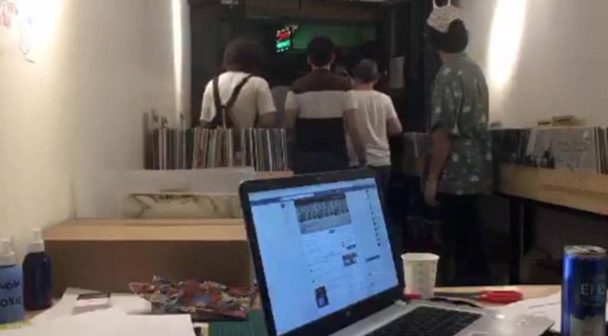 Koreli plakçı dükkanını ağlayarak kapattı ve gitti
