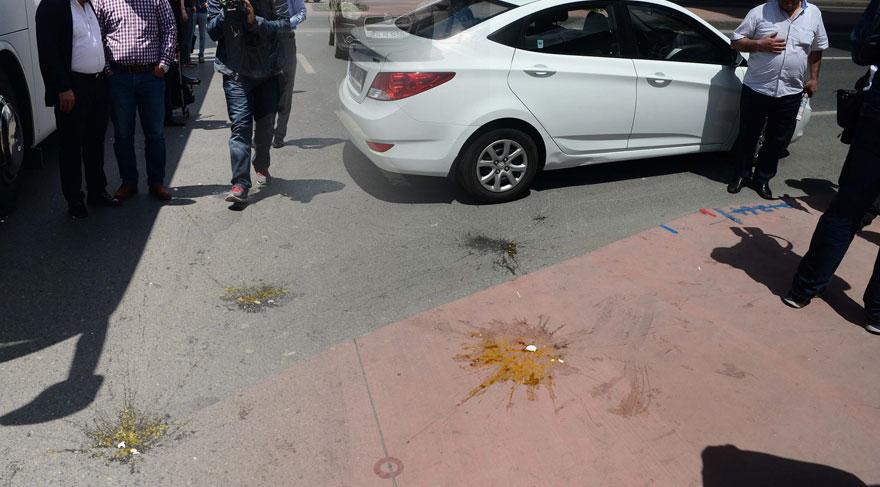 FOTO:DHA - CHP'lilerin üzerine yumurta atıldı.