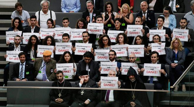 """Tasarının kabul edildiği açıklanır açıklanmaz, Parlamento'da görüşmeleri izleyen Almanyalı Ermeniler, Almanca """"Teşekkürler"""" yazan pankartlar açtı."""