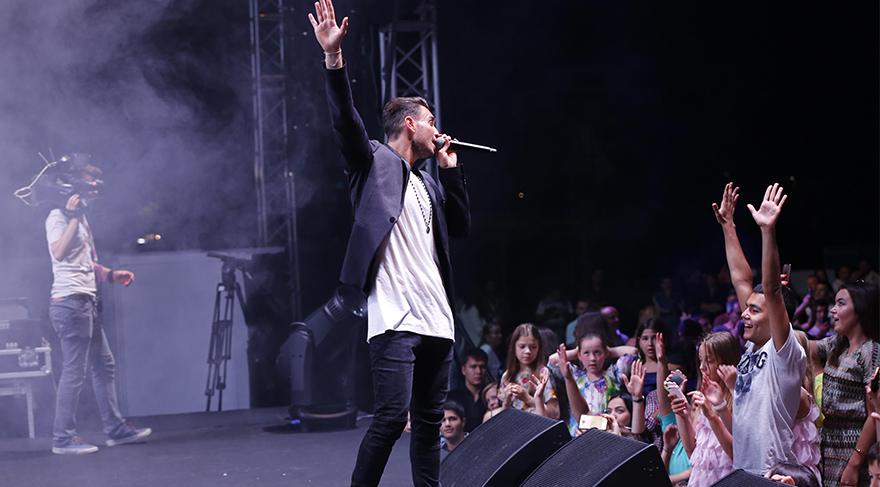 Konser alanını erken saatlerden itibaren dolduran konuklar, ilk olarak sahneye çıkan Avusturalyalı Faydee ile coştu.