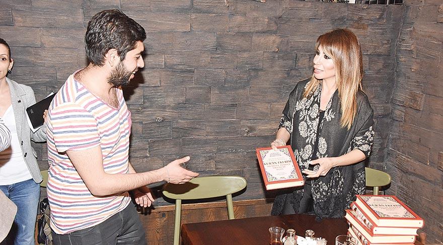 Şarkıcı Linet Kuran-ı Kerim dağıttı