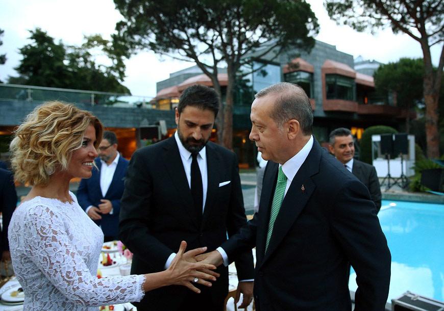 FOTO:DHA - Şarkıcı Gülben Ergen yemeğe kocası ile birlikte geldi.