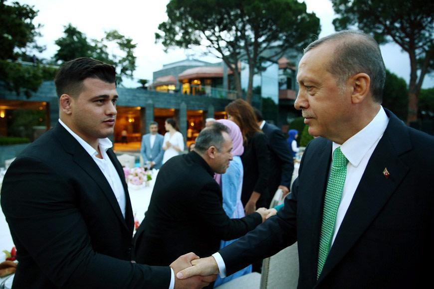 FOTO:DHA - Gezi Parkı eylemleri esnasında, eylemcileri hedef alan tweetleriyle bilinen güreşci Rıza Kayaalp Erdoğan ile bir süre sohbet etti.