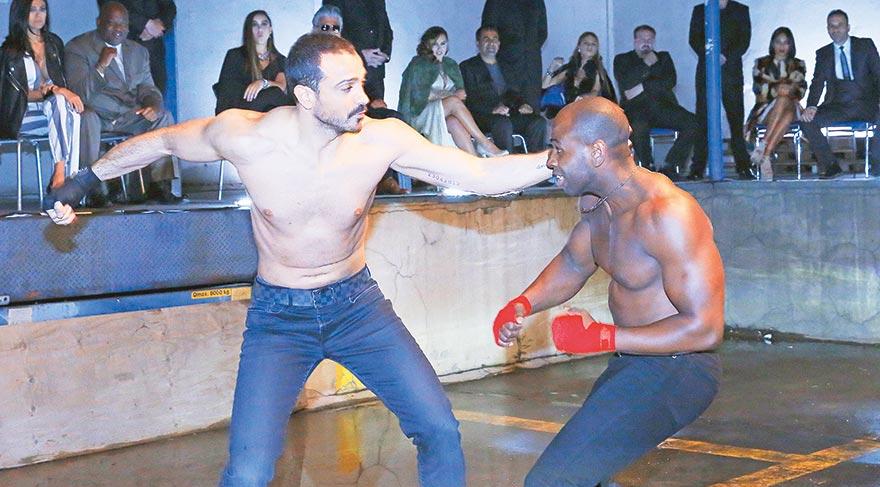 Demet Akalın'ın eşi Okan Kurt klipte profesyonel bir dövüçüyle ringe çıktı. Kurt, amatör olarak dövüş sporlarıyla ilgileniyor.