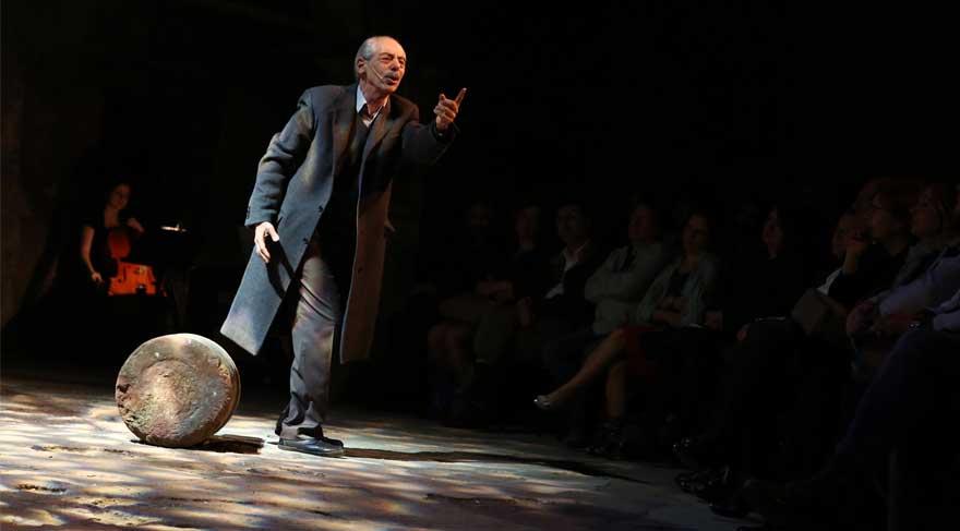 Genco Erkal tarihi konağın bahçesini açıkhava tiyatrosu yaptı