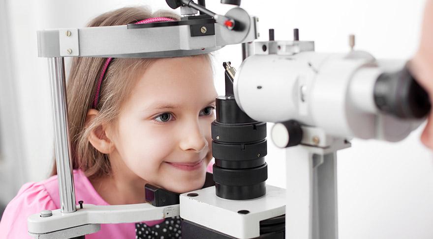 Gözlerinde sulanma, kızarıklık olan ve de kaşıntıya bağlı olarak sürekli ovuşturan çocukların, yaz öncesi göz muayenelerini yapmaları gerekiyor